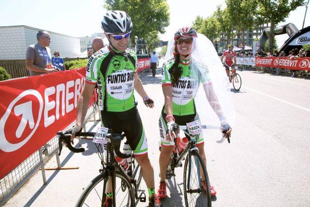 Davide e Alessandra, prima il pedale e poi di corsa in chiesa (Foto Ravaglia)
