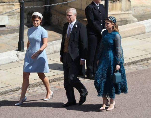 Il principe Andrea di York con le figlie Eugenie e Beatrice (Lapresse)