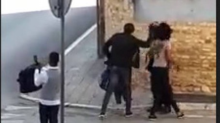 Il momento dell'aggresione in un fermo immagine del video amatoriale