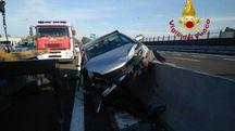 Le immagini dell'Opel Astra salita sul guard rail senza ombra di frenata sull'asfalto