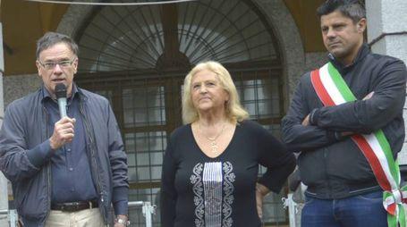 DONNA CONTRO DONNA E' stata una signora a menare le mani contro  Sandra Scaramellini (al centro) A destra, il sindaco di Chiavenna Luca Della Bitta