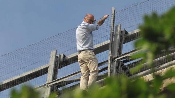Fausto Filippone aggrappato al parapetto dell'A14 prima di suicidarsi (Ansa)