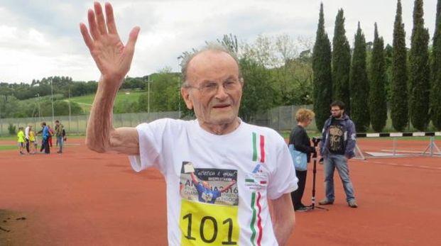 Peppe Ottaviani ha compiuto 102 anni, il saluto in divisa da atleta