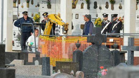 L'esumazione della salma al cimitero di Rovello Porro (Newpress)