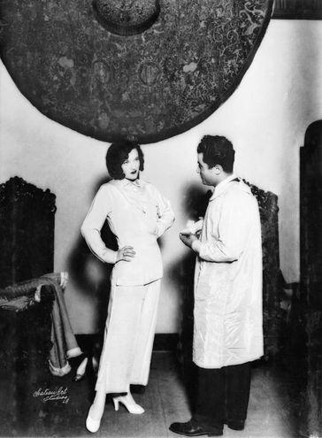 Joan Crawford nell'Hollywood Boot Shop con Salvatore Ferragamo, anni Venti (Firenze, Museo Salvatore Ferragamo)