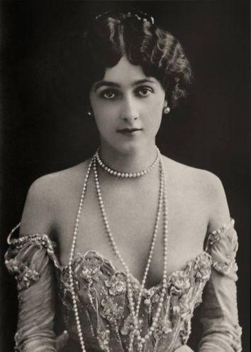Il celebre soprano italiano Lina Cavalieri, la donna più bella del mondo, partner di Caruso, preferita da Giacomo Puccini rispetto a Manon Lescaut e Tosca (1890 c., Fotografia Roma, Archivio GBB / Agenzia Contrasto)