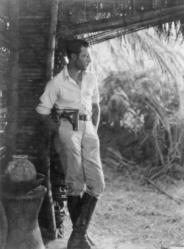 Rodolfo Valentino sul set del film The Conquering Power (La commedia umana), tratto dal romanzo Eugénie Grandet di Honoré de Balzac e diretto da Rex Ingram nel 1921