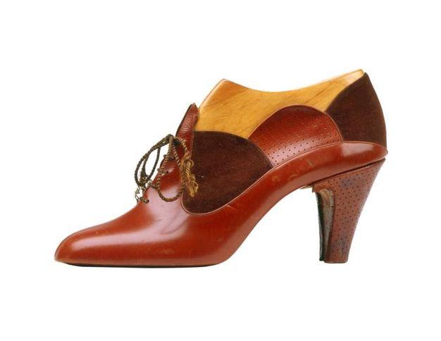 Salvatore Ferragamo, prototipo di scarpa allacciata, 1927. Tomaia in vitello e camoscio. Il modello fu creato per l'attrice Gloria Swanson (Firenze, Museo Salvatore Ferragamo)