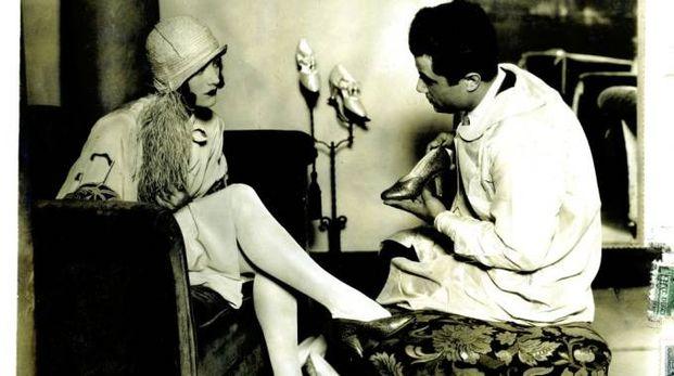 Joan Crawford nell'Hollywood Boot Shop con Salvatore Ferragamo