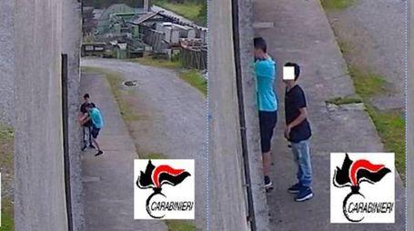 I due ladri in azione in due fermi immagine (Ansa)