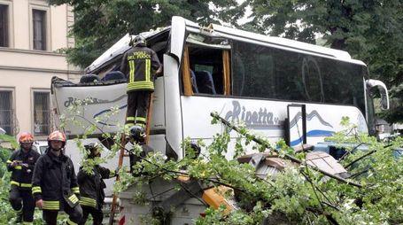 Il bus di turisti danneggiato (Foto Umberto Visintini / New Press Photo)