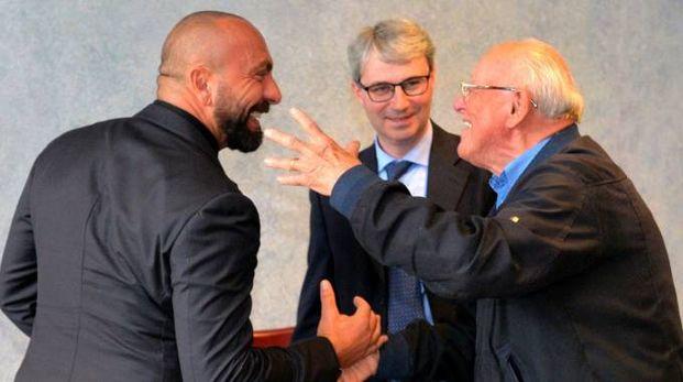 Fabrizio Berni, il sindaco Davide Galimberti e un tifoso