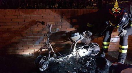 Uno dei motorini incendiati (Foto vigili del fuoco)