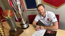 Devis Cagnardi pone la firma sul contratto che lo lancia come capo allenatore del club biancorosso