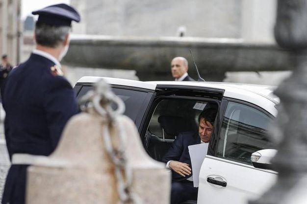 Giuseppe Conte scende dal taxi (Ansa)