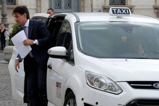 Giuseppe Conte scende dal taxi (ImagoE)