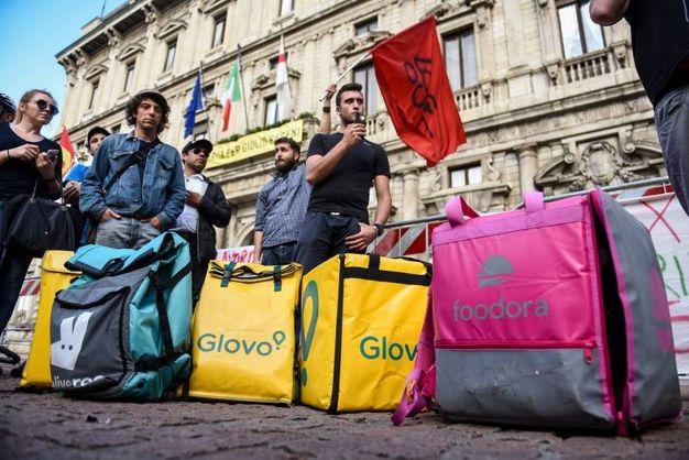 La protesta dei rider in piazza della Scala (Lapresse)