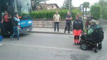 Il disabile mentre blocca il traffico