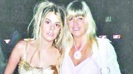 A destra, la madre con la figlia uccisa nel 2009