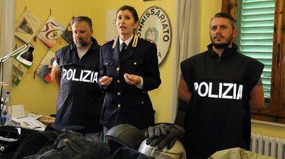 Il vicequestore Mara Ferasin con gli agenti del commissariato