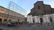 Il primo scheletro per uno dei clou dell'estate bolognese: il cinema in piazza (foto Schicchi)