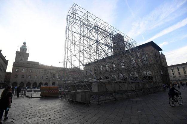 Piazza Maggiore si veste d'estate (foto Schicchi)