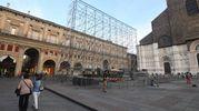 Lo schermo prende forma in piazza Maggiore (foto Schicchi)