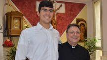 Samuele Del Dotto insieme a don Luigi Pellegrini, parroco di Santa Rita (foto Umicini)