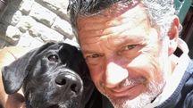 Gabriele  Cavina con il cane Maia, con cui si allena