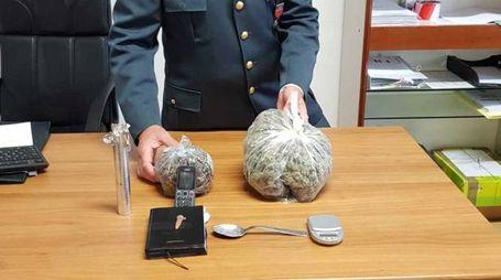 La marijuana era custodita in due involucri nascosti nella soffitta dell'abitazione