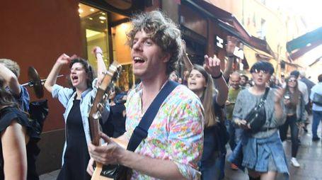 Il cantante dello Stato Sociale, Lodo Guenzi, durante le rirpese di un videoclip in centro (FotoSchicchi)