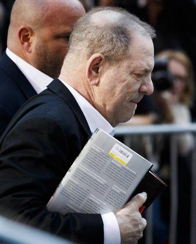 Harvey Weinstein si consegna alla polizia di New York (Ansa)