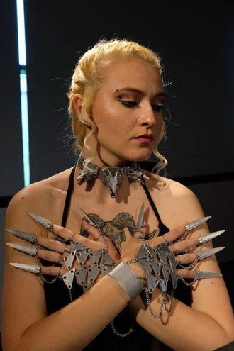 Collane, bracciali, corone, anelli, cinture e borse realizzati con la stampante 3D (foto Schicchi)