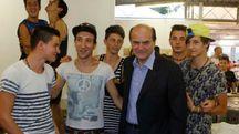 Pierluigi Bersani in mezzo a giovani volontari alla Festa dell'Unità