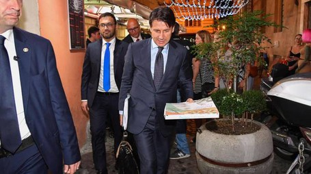 Giuseppe Conte al ritorno a casa (Ansa)