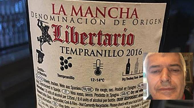 Il falso vino pregiato e nel riquadrato Vincenzo Ceglia, contitolare del Bella Napoli