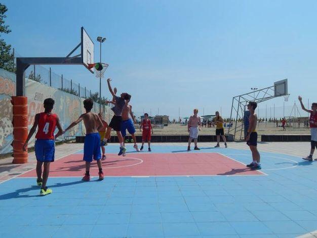 un incontro di basket 3 contro 3
