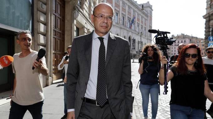 L'ambasciatore Giansanti esce da Montecitorio dopo un colloquio con Conte (Ansa)