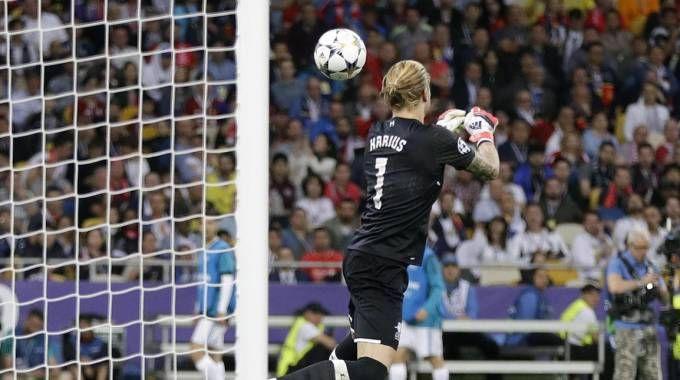 Loris Karius smanaccia male un tiro di Bale e subisce gol (Ansa)