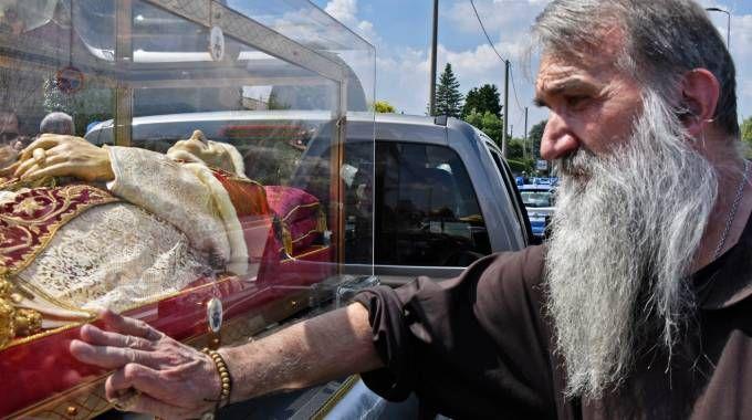 testimonianza di fede di un frate al passaggio della teca con le spoglie del pontefice
