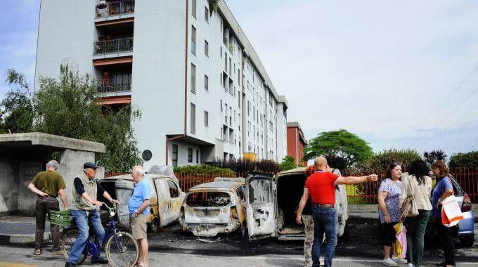 Nove auto incendiate in una notte in via Airaghi