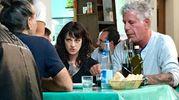 Asia Argento, il suo compagno, lo chef statunitense Anthony Bourdain, e Piero Pelù  alla trattoria Sabatino in San Frediano