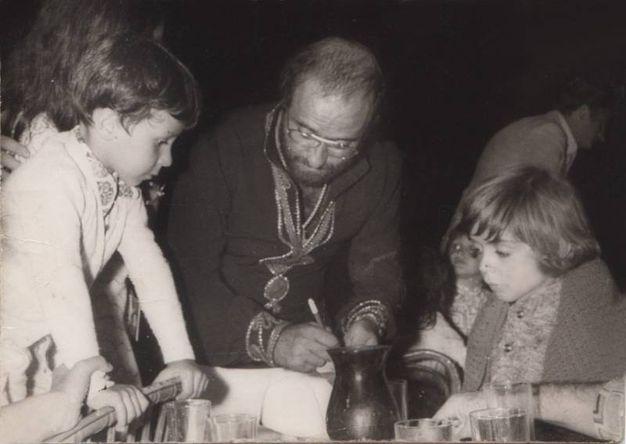 Lucio Dalla mentre firma autografi