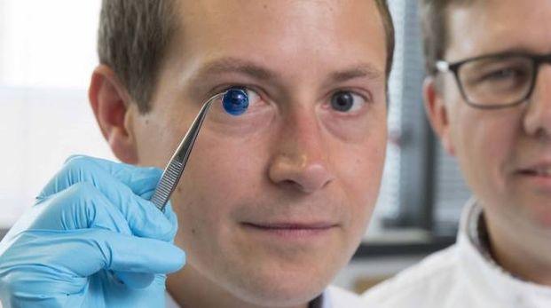 I ricercatori inglesi con la prima cornea stampata in 3D - foto Newcastle University