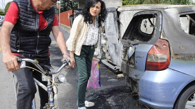 Tra domenica e lunedì ignoti   hanno bruciato nove auto in via Airaghi a Vighignolo