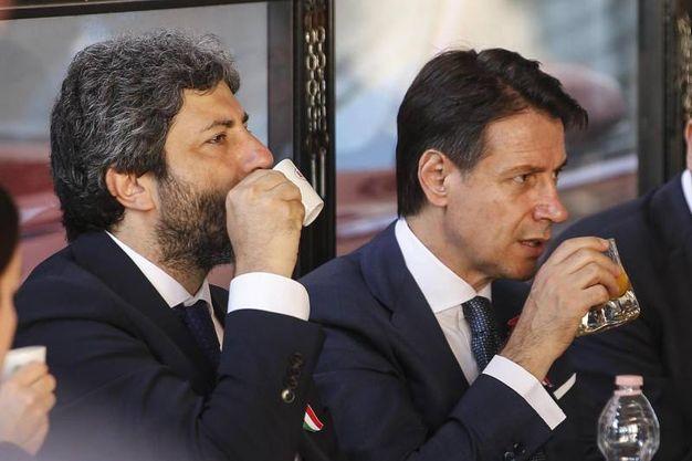 Caffè per Roberto Fico e Giuseppe Conte prima della parata (Ansa)