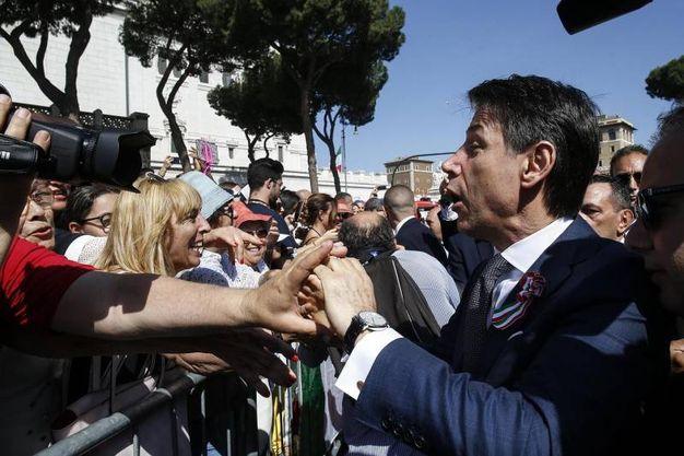 Il neo premier saluta la folla (Ansa)