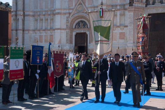 Un momento della cerimonia in piazza (FotoSchicchi)