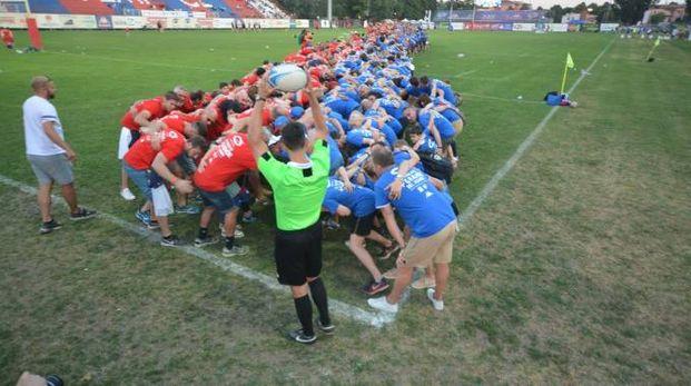 La maxi mischia di rugby in campo