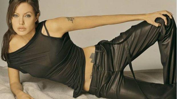 La storia dei tatuaggi di Angelina Jolie (20) coincide con la sua storia personale